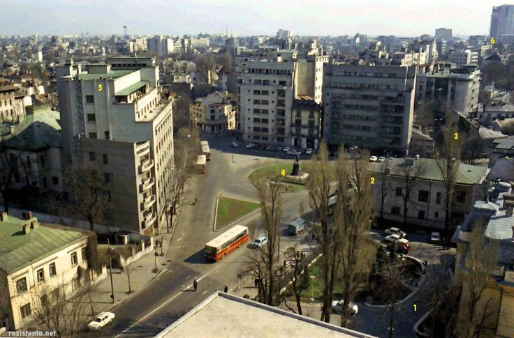 Bucureștii aerisiți - PIAȚA LAHOVARI la începutul anilor '70 După ce până prin anii '60 se numise Piața Kuibîșev (tovarăș sovietic), după destalinizare, ceea ce fusese înainte de comuniști Piața Lahovari este redenumită Piața Cosmonauților (simbolizând aspirațiile aerospațiale și cosmice ale României socialiste). Fotografia este făcută din Hotelul Howard Johnson, pe atunci proaspăt construit și numit Hotel Dorobanți. Se observă ce bine sistematizat era spațiul urban. Să vedem câteva ...