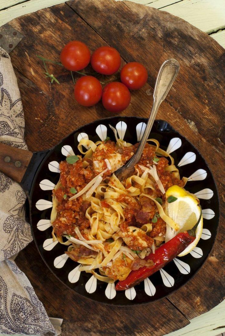 pasta-med-tomatsaus-og-kylling