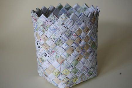woven map basket.Woven Baskets, Roads Maps, Baskets Weaving, Old Maps, Maps Baskets, Paper Basket, Diy, Paper Crafts, Woven Maps