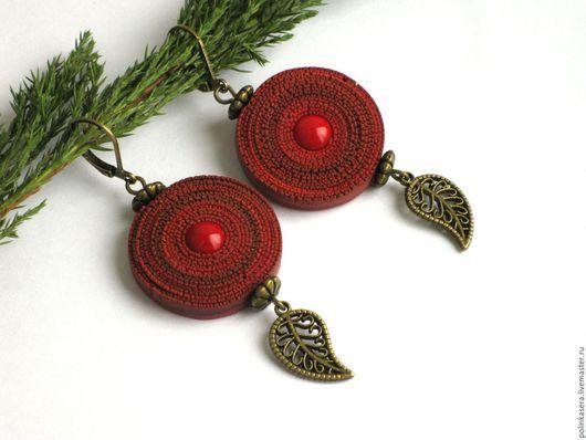 круглые серьги, серьги бохо, серьги с кораллом, красные серьги, оригинальные серьги, серьги с натуральным камнем, серьги из полимерной глины, рваный край, серьги листочки, подарок девушке женщине