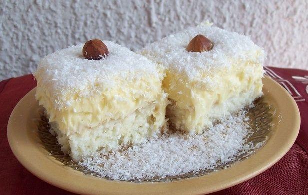 Ingrediente pentru blat: 4 ouă, 3 linguri de zahăr, 6 linguri de făină, 6 linguri de ulei, o jumătate linguriță de praf de copt, o fiolă esentă de vanilie Ingrediente pentru sirop : 150ml apă, 4 pliculețe de zahăr vanilat, o fiolă esentă de migdale Ingrediente pentru cremă: 250 ml de lapte, un plic budincă …