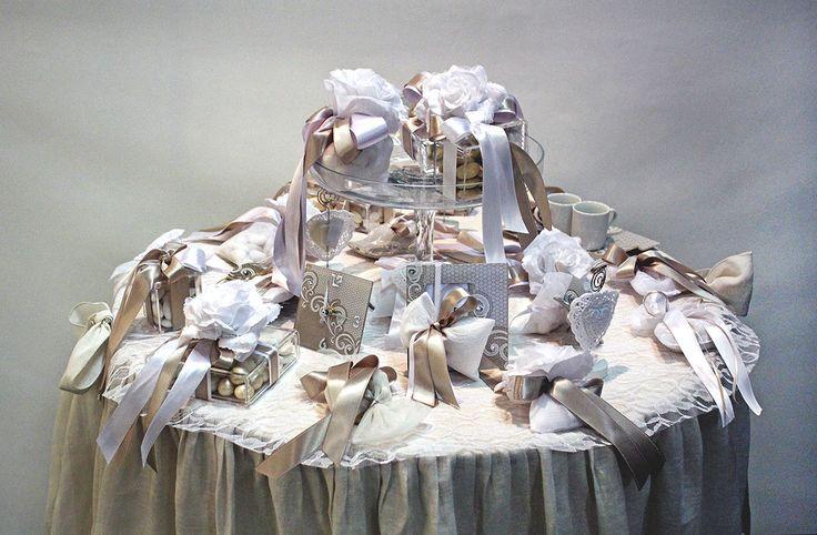 Tavolo allestito con #bomboniere per eventi e #wedding.