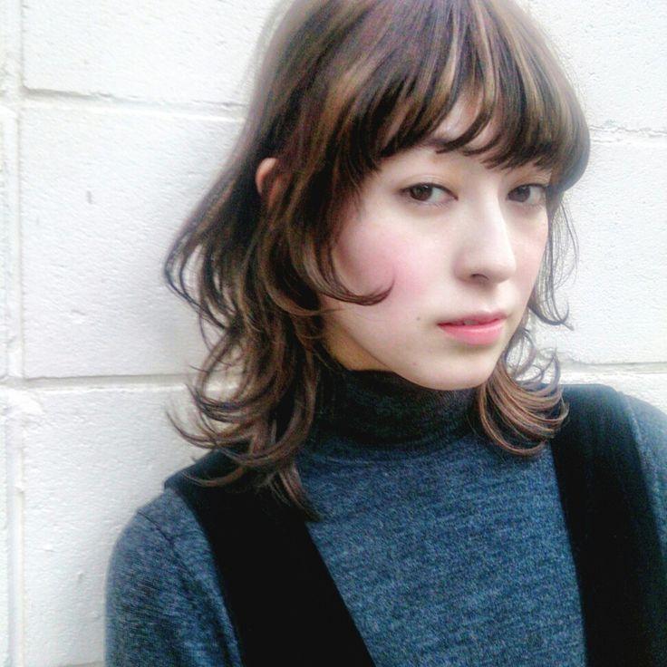 なんだか髪がまとまらない…重ためスタイルに飽きちゃった…あんまり人と被りたくないな…そんなあなたにオススメしたいのがミディアムウルフ。今、お洒落な女の子の間で人気の髪型なんです。ウルフヘアーにするメリットと、雰囲気・タイプ別に紹介していきます。
