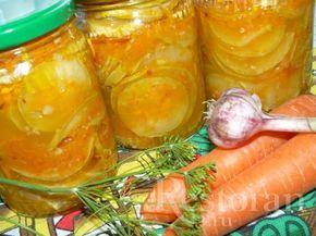 Очень вкусные и пикантные кабачки в соусе. (3 банки по 580 мл) кабачки 1,5 кг перец чили 1 шт морковь 2 шт чеснок 1 головка сахар 100 гр уксус 9% 100 мл растительное масло 100 мл соль 1 ст.л