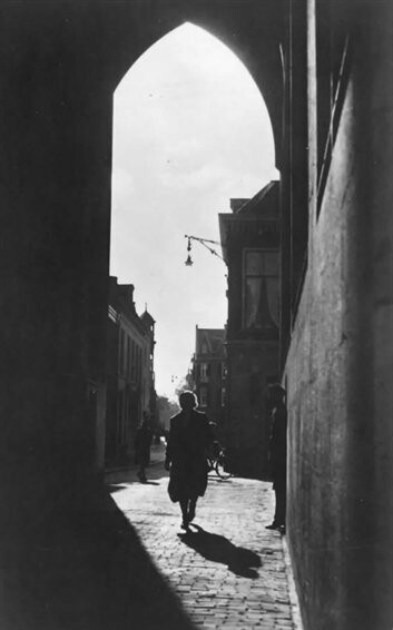 datering1940 beschrijvingGezicht onder de Domtoren door in de Servetstraat te Utrecht. vervaardigerPronk, C. (fotograaf)