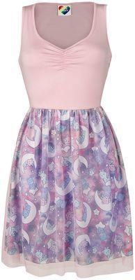 """- Raffung am Dekolleté - Oberrock aus Tüll - Unterrock komplett bedruckt - elastischer Bund in der Taille Feminin und verspielt kommt das """"Holographic""""-Kleid von den Glücksbärchis in Pink, Lila und Rosa in Deine Garderobe. Das Kleid besticht durch die Raffung am Dekolleté und den Oberrock aus Tüll. Der Unterrock ist komplett mit Monden und Glücksbärchi-Motiven bedruckt. Ein elastischer Bund in der Taille sorgt für eine angenehme Passform."""