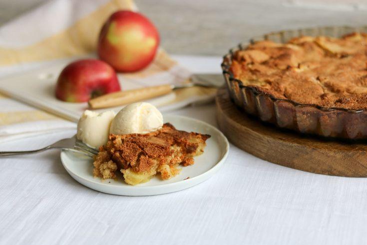 Eple cobbler er en herlig blanding av eplekake, pai og smuldrepai. Det er superenkelt å lage, smaker himmelsk, og ofte har man ingrediensene allerede.