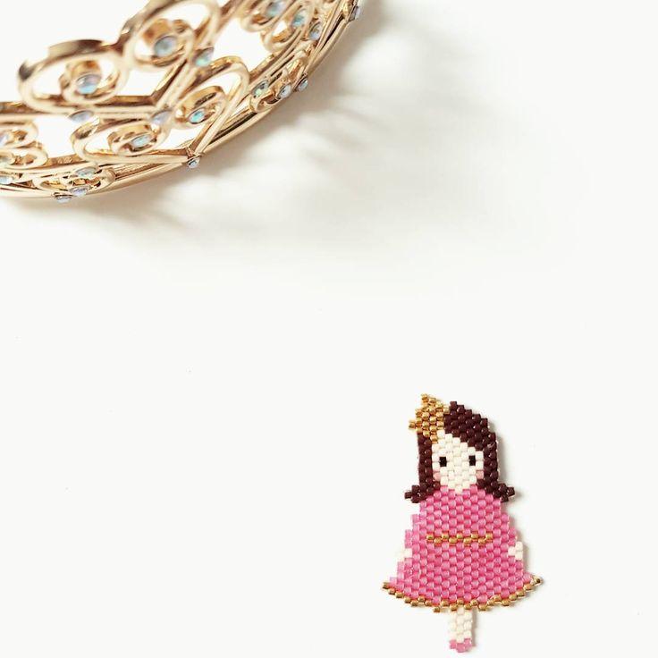 La princesse. (Ça perle intensivement en ce moment.) #jenfiledesperlesetjassume #jesuisunesquaw #defipocahontas #miyuki #miyukibeads #miyukidelicas #perlesaddict #perlesaddictanonymes #beadaddict #beadaholic #beadwork #broche #brickstitch #mondiyamoi #motifgeliette #motiflaprincesseaupoischiche #brooch #handmade #faitmain #handmadejewelry #mondiyamoi #tissage #tissagedeperles #tissageperles #princesse #princess