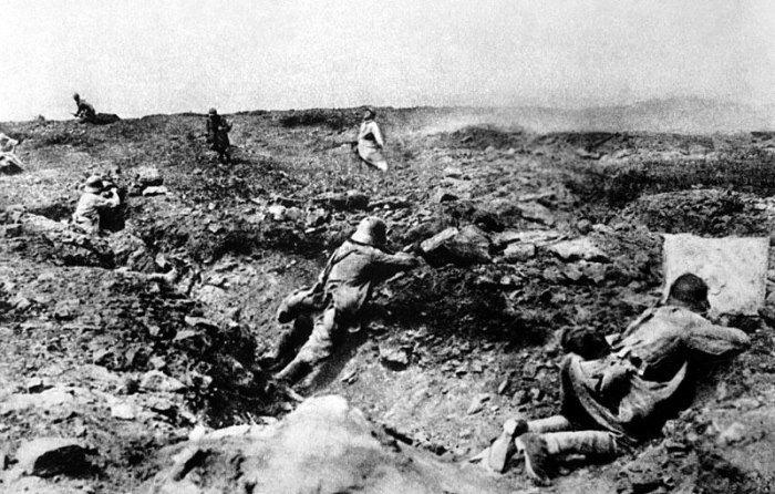 Dit is een afbeelding uit de eerste wereldoorlog.  Deze foto is gemaakt bij de slag bij verdun, hier vochten de Duitsers tegen de Fransen. Je ziet dat de grond kapot is gebombardeerd en dat mensen proberen te schuilen in kraters. Deze oorlog was de eerste oorlog die anders was dan andere oorlogen die hiervoor hadden plaatsgevonden doordat de wapens steeds beter ontwikkeld waren. De mensen waren hier nog niet goed op ingespeeld waardoor er miljoenen doden zijn gevallen.