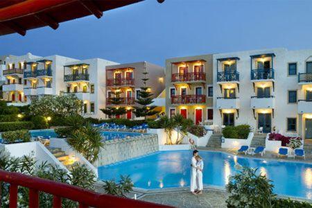 Griekenland Kreta  Aldemar Cretan Village hotel. Kindvriendelijk in vorm van dorpje, aan zee in Kretenzer stijl. Tennisbanen, zwembaden, watersporten, amfitheater & restaurants.