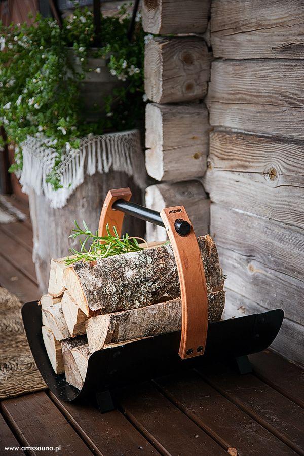 Kosz na drewno Harvia Legend. Unikalny wygląd akcesoriów do sauny z serii Legend sprawia, że wyróżniają się one na tle innych. Marka Harvia Legend proponuje akcesoria, które są spójne ze standardami wyposażenia. Akcesoria Legend to niezwykłe połączenie drewna i czarnej stali.