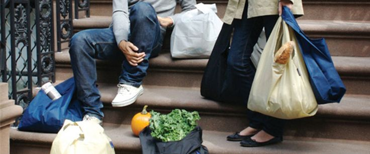 Formée chez J.Crew, la designer Emily Sugihara a lancé sa marque en 2007. En toile multicolore, son sac réutilisable fait mouche dans un Brooklyn prompt à adopter les objets malins et recyclables. Une forme minimaliste qu'elle décline avec succès en toile imprimée et en cuir italien. #LeBonMarche #BrooklynRiveGauche #brooklyn #newyork #ny #nyc #mode #fashion #accessoire #accessories #women #femme #men #homme