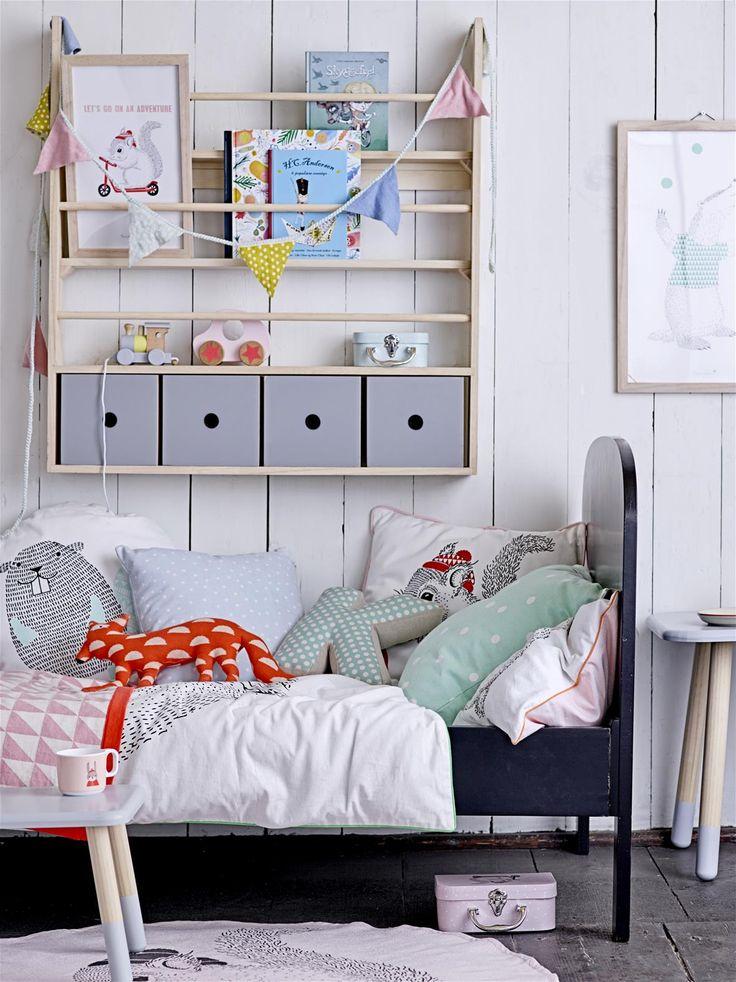 Kinderkamer met zwart bed en letterkussen - bekijk en koop de producten van dit beeld op shopinstijl.nl