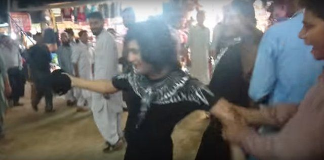 Pakistan: Video shows transwomen being sexually harassed in Murree over Eid break http://ift.tt/2sdtzRE read more:http://ift.tt/2tiT85c