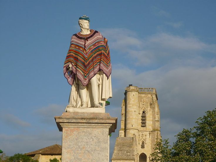 Lectoure - The statue of Marechal Lannes, dressed by Mamette Crochette during an happening artistic. (Yarn bombing, no?) #crochet #tricot #poncho #gers #lectoure