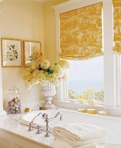 Желтые шторы с интересным принтом на окне с видом на море.  (ванна,санузел,душ,туалет,дизайн ванной,интерьер ванной,сантехника,кафель,интерьер,дизайн интерьера) .