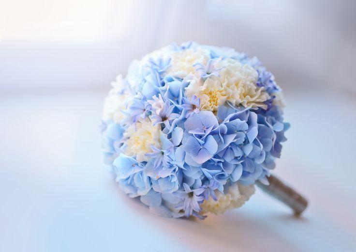 Оформление свадьбы зимой - один из актуальных зимних трендов в свадебной флористике – использование цветов насыщенных синих и нежно-голубых оттенков.