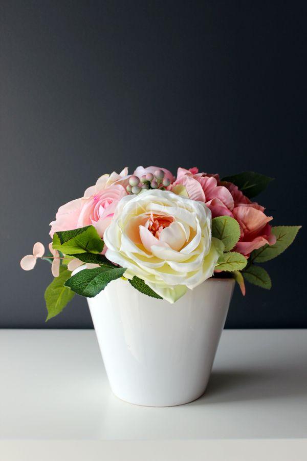 kwiaty w naczyniu, propozycja dekoracji komunijnego stołu od tendom.pl