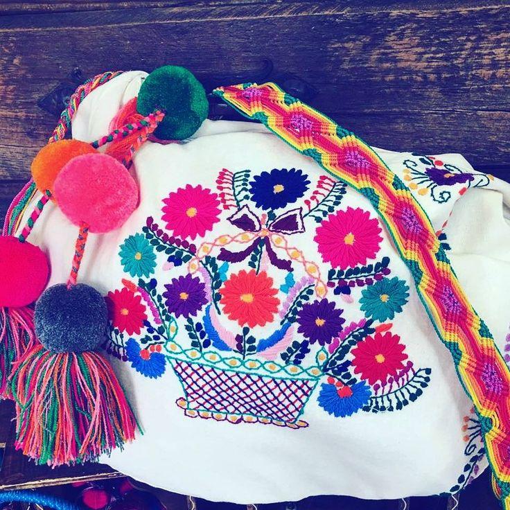 Bolsa artesanal  Mexicana, tejida a mano con  flores y pompones de colores de la marca mexicana Alta Frecuencia Mexico.  Mexican  neverfull handbag, hand-woven with flowers and pompoms  Beach styla sumer hanbag. We ship worldwide
