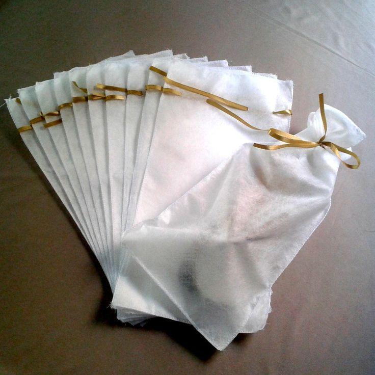 Saquinhos de TNT com fita de cetim na cor que você escolher. <br> <br>Usados para embalar chinelos e presentear seus convidados no dia do seu casamento. <br> <br>Medidas: 20 x 40cm