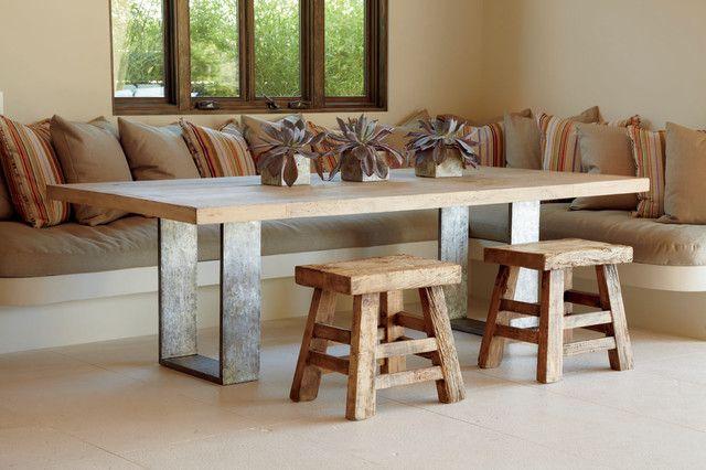 Estisch aus Massivholz und quadratische Stahlrahmen als Füße