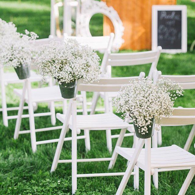 По ходу церемонии белые стулья украшала пушистая гипсофилыа в металлических ведерках. Красота в простоте Организация и декор @sirop_in_ua  Фото @goryacheva_anna  Цветы @bowpie