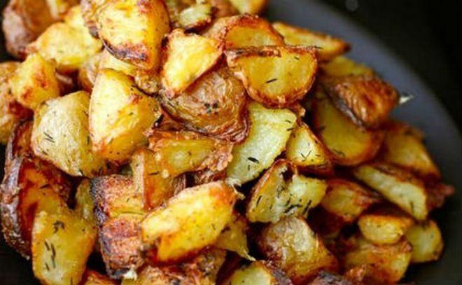 Πατάτες φούρνου τραγανές σαν τηγανιτές με ένα απλό κολπάκι! Ένα μικρό μυστικό μαγειρικής θα σε… γλυτώσει από τα περιττά λίπη!… Σαφώς η γεύση της τηγαν...