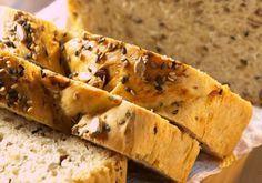 """O <a href=""""http://mdemulher.abril.com.br/culinaria/receitas/pao-sementes-483430.shtml"""" target=""""_blank"""">pão de sementes</a> é feito com gergelim, semente de girassol e de papoula."""