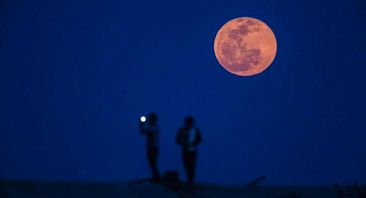 Εκατομμύρια άνθρωποι πάνω στη Γη έστεψαν το βλέμμα τους στον ουρανό τη Μεγάλη Δευτέρα και τη Μεγάλη Τρίτη για να δουν το... «ματωμένο φεγγάρι». Ένα σπάνιο φαινόμενο, αποτέλεσμα τριών γεγονότων: Μίας ολικής Σεληνιακής έκλειψης, που δεν ήταν ορατή από τη χώρα μας, το πλησίασμα του Άρη στο κοντινότερο σημείο από τον πλανήτη μας εδώ και χρόνια και την πανσέληνο με την ονομασία «Πασχαλινή». http://www.iefimerida.gr/