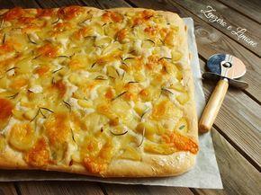 La focaccia con patate e scamorza è morbida, profumata ed estremamente appetitosa. Essa si presenta benissimo ad un buffet tagliata in piccoli quadretti.