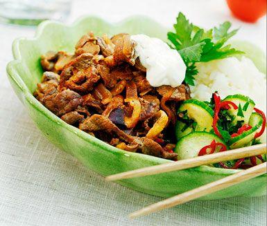 Denna härliga biff med färskost och champinjoner har en utsökt smak. Medan ditt ris kokar så fräser du snabbt samman färsk svamp, strimlad lövbiff och rödlök som smaksätts med soja, len färskost och grädde. Servera direkt din goda röra med riset.