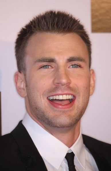 "Chris Evans Photos Photos - Actor Chris Evans attends the ""Push"" film premiere at the Mann Village Theater on January 29, 2009 in Westwood, California. (Photo by Frederick M. Brown/Getty Images) * Local Caption * Chris Evans - Premiere Of Summit Entertainment's ""Push"" - Arrivals"
