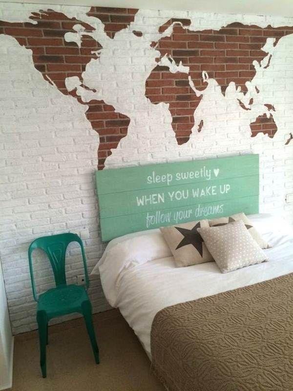 Cabecero de madera y mapa en la pared