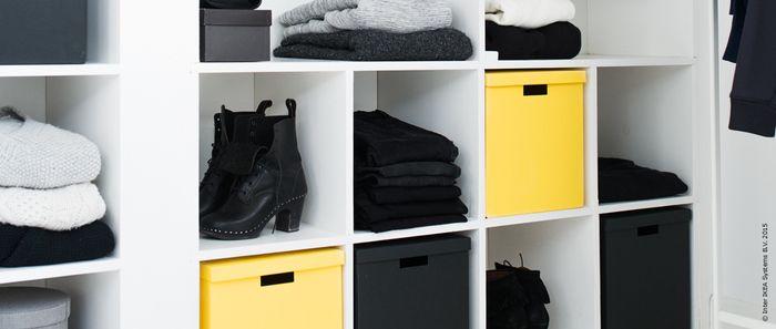 敢えてモノトーンの物だけを集めた収納棚に収められたイエローに、収納センスの良さも感じさせられます。
