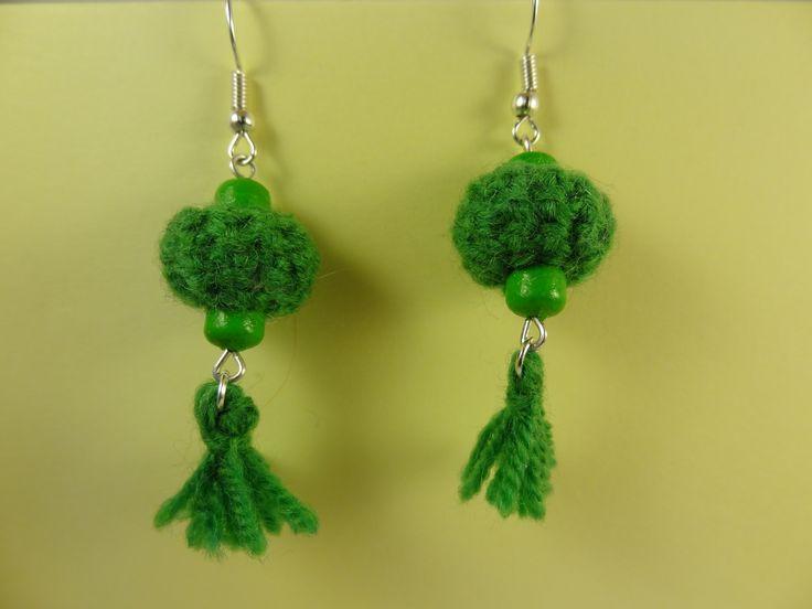 Pendentifs d'oreilles en forme de lanterne japonaise avec pampille tricotés en laine vert vif. : Boucles d'oreille par la-fabrique-de-cadot