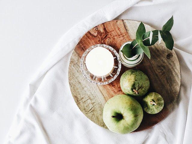 Auf der Mammilade n-Seite des Lebens   Personal Lifestyle Blog   Wohnen mit Pflanzengrün, Holzakzenten und viel Weiß   Wohnzimmer   Pflanzen   Eukalyptus   Herbst Dekoration   Herbstfrüchte   Kerzen   Holzteller