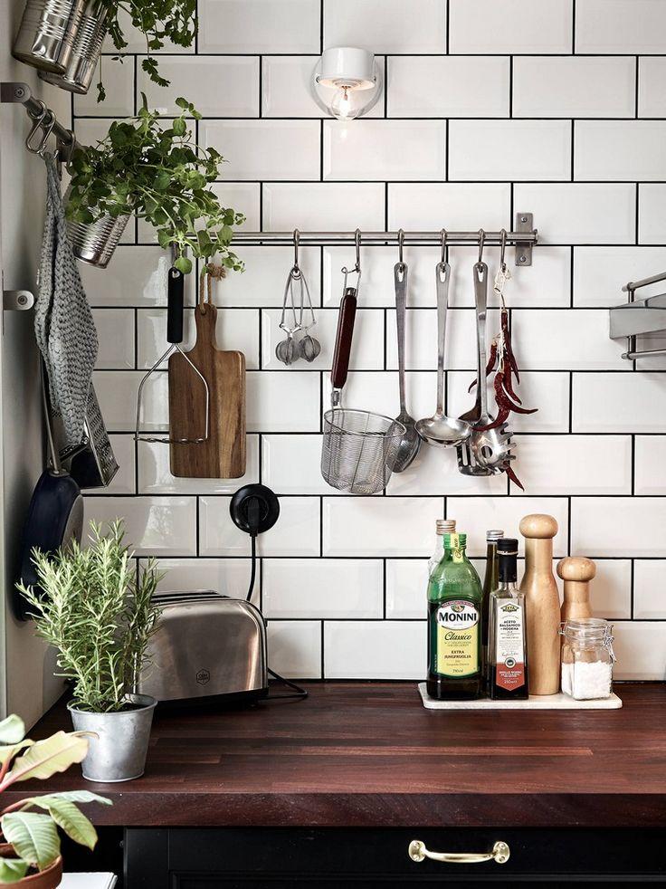 Du bois et une multiplication d'accessoires exposés font de cette cuisine un lieu bien convivial.