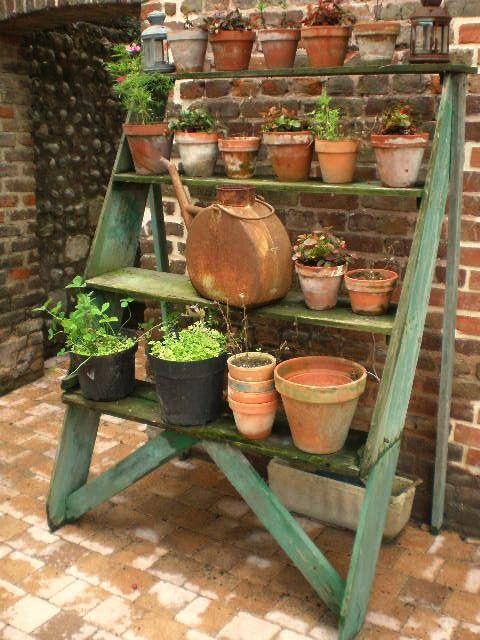 Giardini country una comoda vecchia fioriera in legno - Giardini country ...