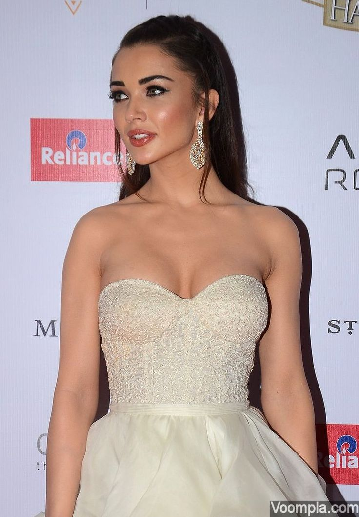 Amy Jackson looks hot in a cleavage baring Shantanu & Nikhil gown on the red carpet. via Voompla.com