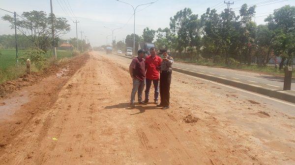 Dampak Terminal Truk Langsir Tanah Jalan Raya Pantura Ampelgading Licin dan Berdebu