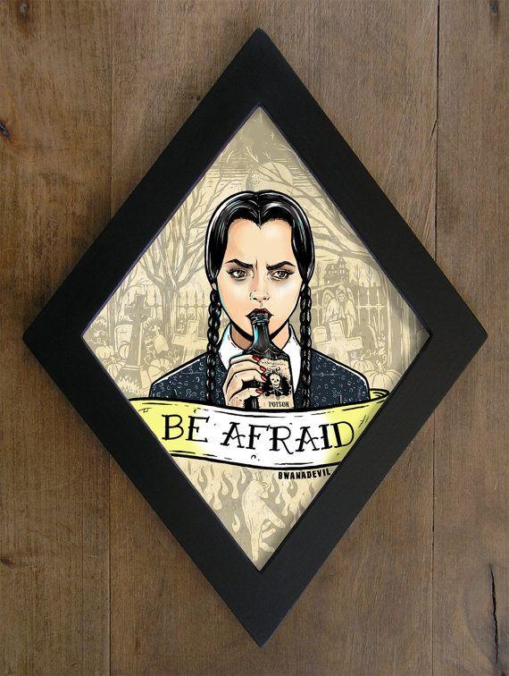 Wednesday Addams (Christina Ricci) de La Familia Addams. Be afraid en marco Diamante.