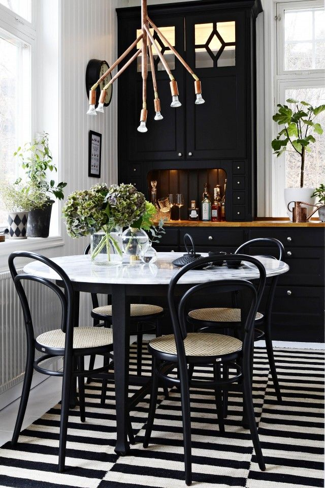 Black and white kitchen#marble on kitchen table Drömhus | Inredningsblogg Sköna hem