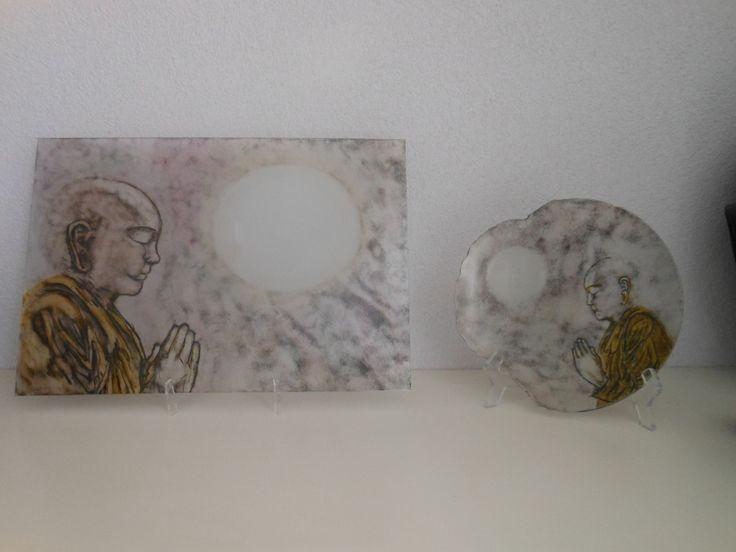 Tibetaanse  monnik  gebrandschilderd op glasplaat en bord