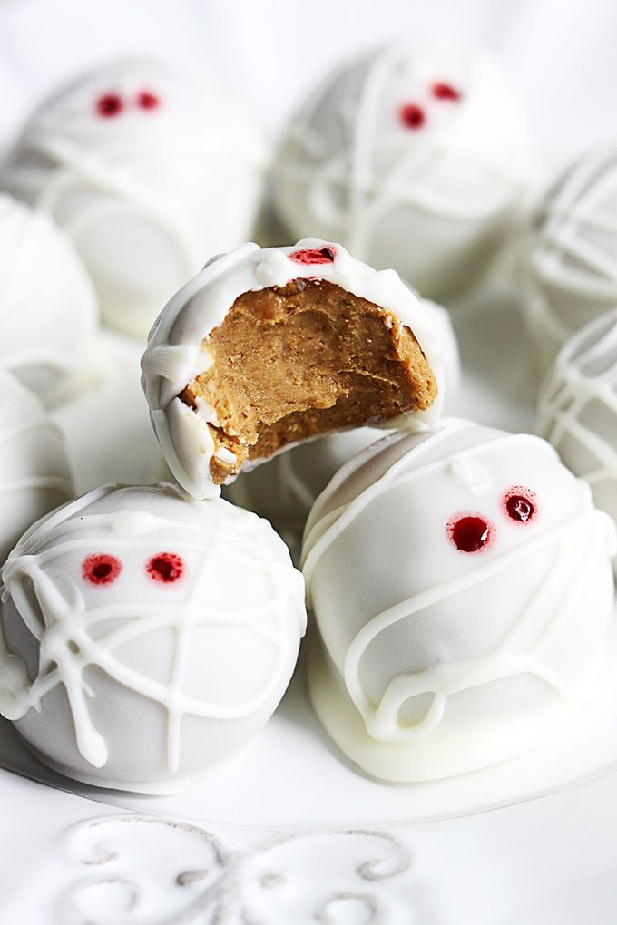 These no-bake pumpkin cheesecake truffles are so easy to make and are perfect for halloween parties!