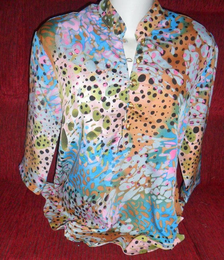 Camisa manga 3/4 com aplicação de botões em destaque no decote, gola padre. Mangas 3/4.