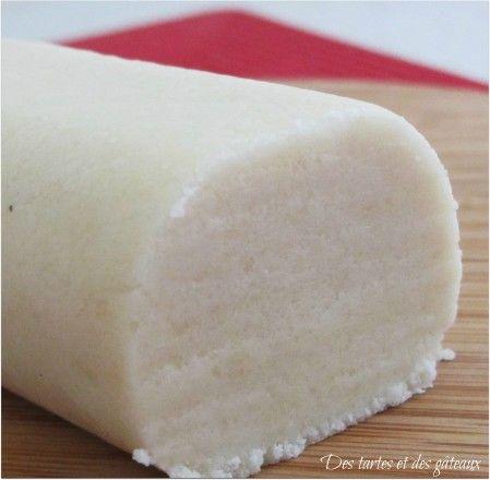 Rien à voir avec la pâte d'amande crue, la recette que je propose est celle du vrai massepain tel qu'on le trouve chez le confiseur et dont la pâte est cuite. INGREDIENTS pour un pain d'environ 730 grammes 200 gr de poudre d'amandes de très bonne qualité...