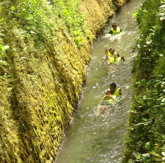 body boart di sungai #citumang melewati saluran irigasi