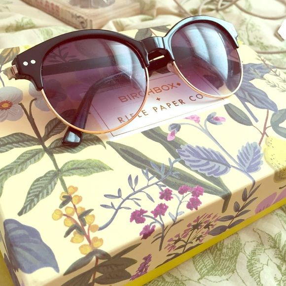 🎊SALE🎊Sunglasses Pair of sunglasses only worn a few times. There are minor scratches on the both lens but this does not effect vision in them. Super cute and perfect for the nice weather coming up! Accessories Sunglasses
