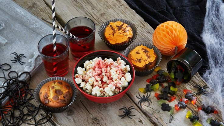 Den amerikanske feiringen av Halloween er for alvor blitt adoptert i Norge. Her finner du skumle oppskrifter og grøssende gelé og puddinger til Ha...