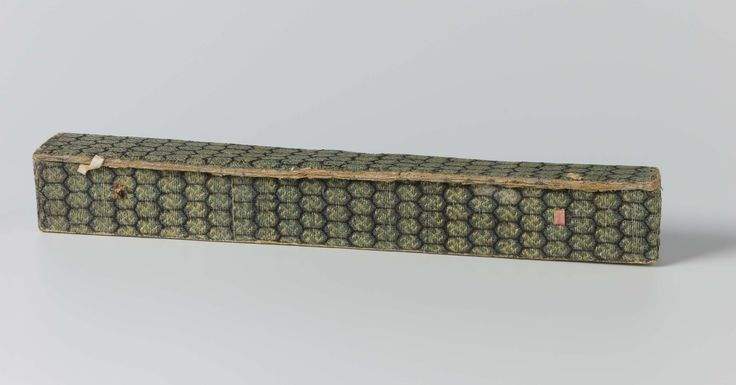 Huchong | Waaierdoos van dik papier bekleed met groene zijde met een honingraatmotief waarin swastika's, gevoerd met rood papier, Huchong, c. 1800 - c. 1825 | Waaierdoos van dik papier bekleed met groene zijde met een honingraatmotief waarin swastika's, gevoerd met rood papier. Op de bodem beplakt met geel papier waarop met de hand met pen een vijftal Chinese tekens is geschreven. Oorspronkelijk waren er twee papieren lintjes die de deksel met de doos verbonden. Nu alleen restjes over.